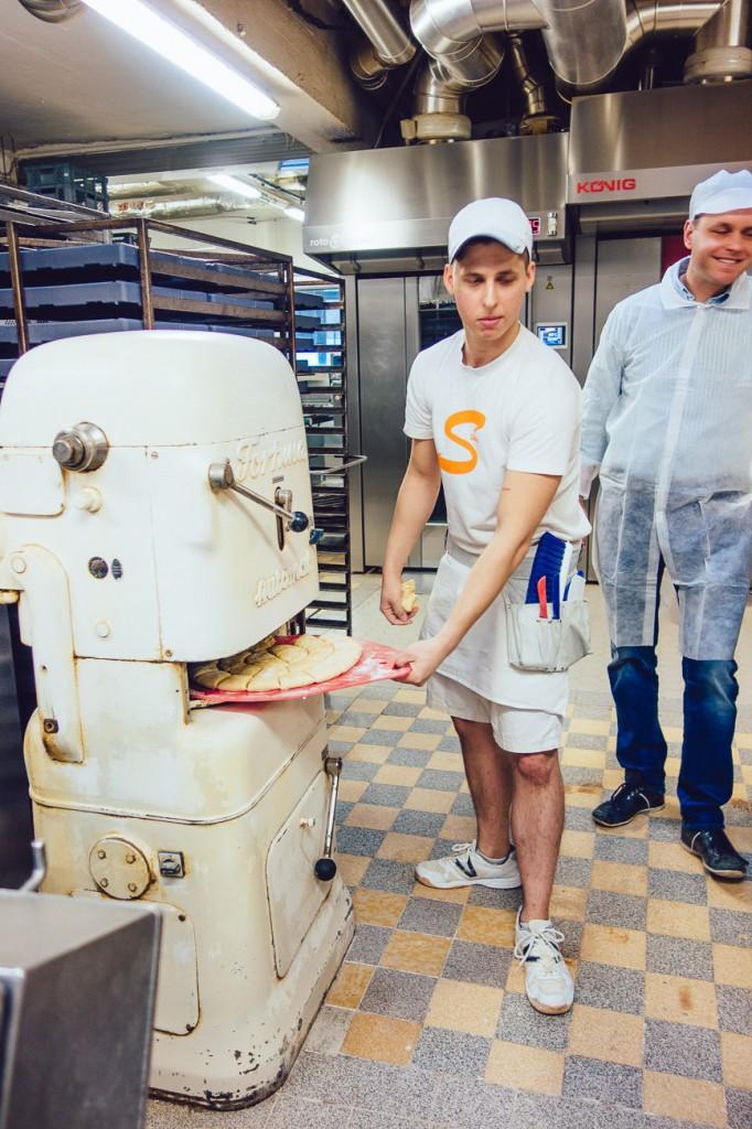 Vollautomatisch - voll retro. Diese Maschine teilt unseren Teig in 50g Teiglinge und hätte sie auch geschliffen - durfte sie aber nicht - das mussten wir selbst machen.